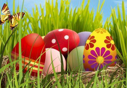 oeufs de Pâques colorés dans un panier